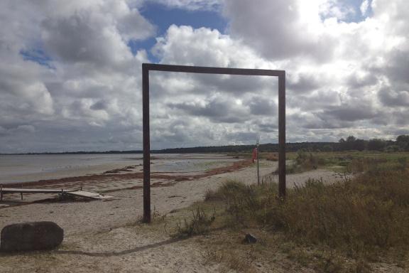 Sikke et syn! Naturen og indsatte elementer i skøn forening. Et smukt stilleben ved Køge kyst. Fotograf: Susanne Randers