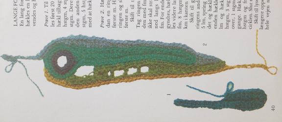 """Frihåndshæklet lang form, som minder om en påfuglefjer. Fotografi fra bogen """"Fri Hækling"""" af Lis Paludan fra Borgens Forlag."""