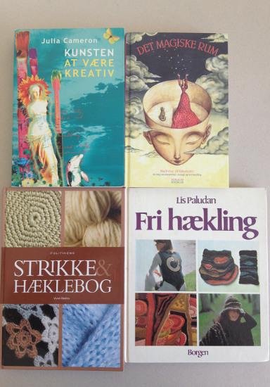 """Kreative bøger: Julia Camerons """"Kunsten at være kreativ"""", Majbritte Ulrikkeholms """"Det magiske rum"""", """"Politikkens strikke og hæklebog"""" og Lis Paludans """"Fri hækling"""". Fotograf: Susanne Randers"""
