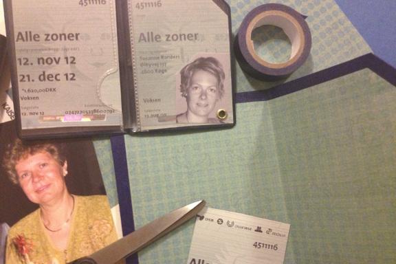 """Mimrekort lykønskningskort undervejs i processen - med hjørnet klippet af. Minder meget godt om den """"ægte"""" vare. Fotograf: Susanne Randers"""