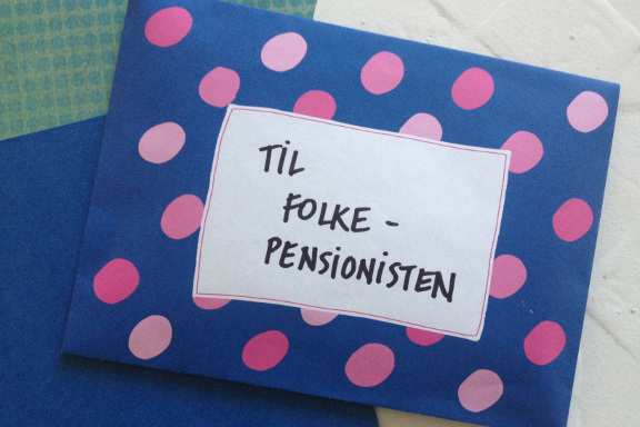 Kuvert til mimrekort lykønskningskort til nybagt folkepensionist. Fotograf: Susanne Randers