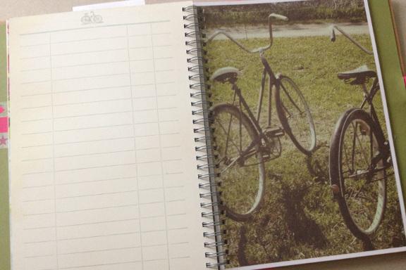 """Smashbook journal """"Pink Pretty Style"""". Tilfældigt opslag med cykler - eks.vis til at skrive hyggelige udflugter ind i... Fotograf: Susanne Randers"""