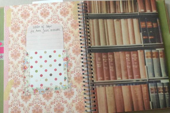 """Smashbook journal """"Pink Pretty Style"""". Tilfældigt opslag med bøger og lånerkort. Fotograf: Susanne Randers"""
