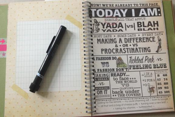 """Smashbook journal """"Pink Pretty Style"""". Tilfældigt opslag og den indbyggede pen med tush og limstift. Fotograf: Susanne Randers"""