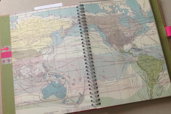 """Smashbook journal """"Pink Pretty Style"""". Tilfældigt opslag med verdenskort. Fotograf: Susanne Randers"""