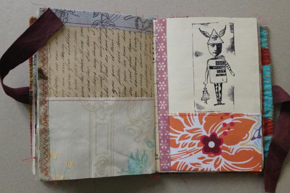 """""""Book af Scraps"""" kreeret af Birthe Juel Lindhardt. Smashbook / art journal. Tilfældigt opslag. Fotograf: Susanne Randers"""