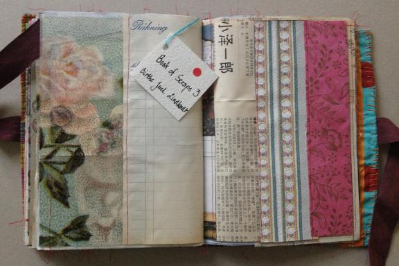 """""""Book af Scraps"""" vers. 3 kreeret af Birthe Juel Lindhardt. Smashbook / art journal. Tilfældigt opslag. Fotograf: Susanne Randers"""