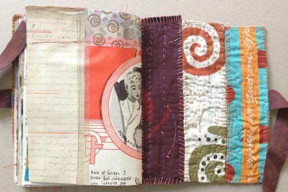 """""""Book af Scraps"""" kreeret af Birthe Juel Lindhardt. Smashbook / art journal. Cover af indkøbsnet fra Gudrun Sjöden. Fotograf: Susanne Randers"""