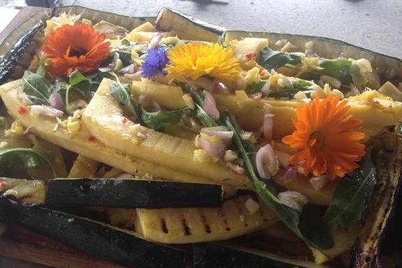 Grillet squash af egen avl, dekoreret med morgenfruer og kornblomster - på gourmet kokkeskole med Køge Kyst i Opdagelsen på Køge Havn. Fotograf: Susanne Randers