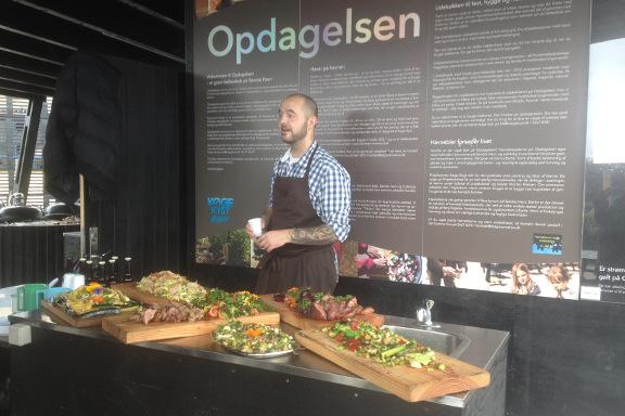 Gourmetkokken, Jimmy Weber, præsenterer retterne - på gourmet kokkeskole med Køge Kyst i Opdagelsen på Køge Havn. Fotograf: Susanne Randers