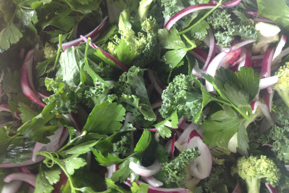 Lækker kålsalat med bl.a. grønkål, brocolli, bredbladet persille og rødløg - på gourmet kokkeskole med Køge Kyst i Opdagelsen på Køge Havn. Fotograf: Susanne Randers