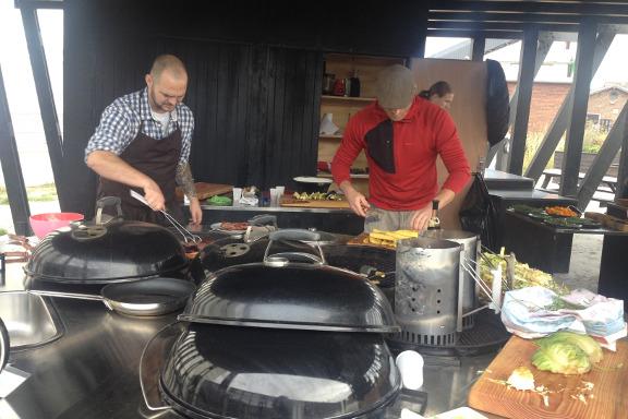 Kokken, Jimmy Weber, og min kæreste, Claus Preis, griller kød og squash - på gourmet kokkeskole med Køge Kyst i Opdagelsen på Køge Havn. Fotograf: Susanne Randers