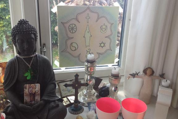 Kreativt kaos... Mit buddhistiske og guddommelige alter i vindueskarmen. Fotograf: Susanne Randers