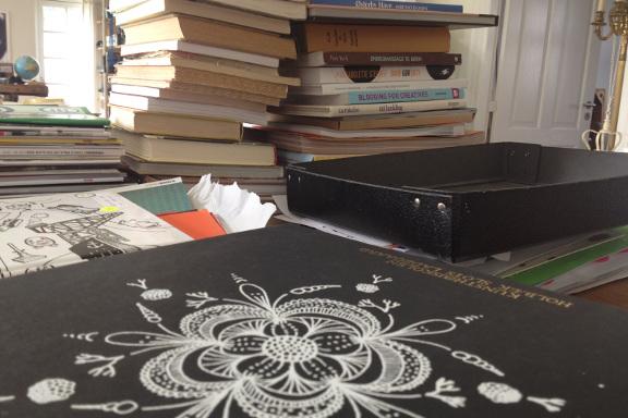 Bunker af kreative bøger klar til at blive klippet i eller sat på plads i bogreskabet. Fotograf: Susanne Randers