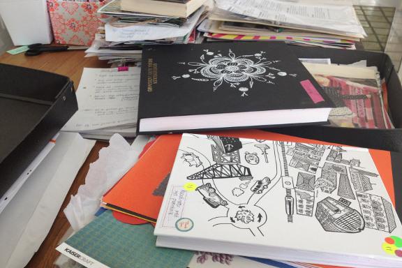 Kreativt kaos og rod i køkkenet. Fotograf: Susanne Randers