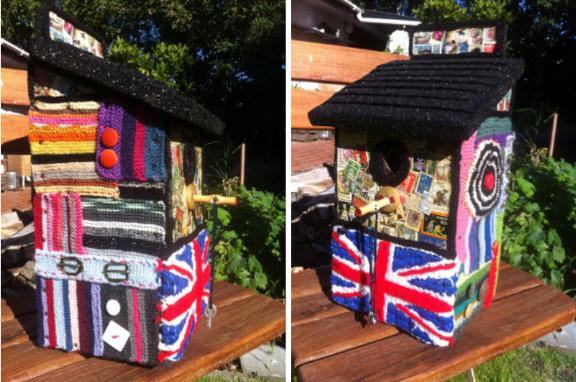 Yarnbombing fuglehus med Union Jack og frimærker, kreeret og fotograferet af Louise