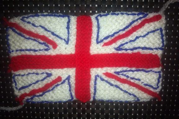 Et Union Jack skulle også på fuglehuset - som et strikket stykke broderet med garn. Kreeret og fotograferet af Louise