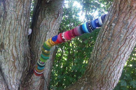 Yarnbombing af gren på et stort gammelt træ. Kreeret og fotograferet af Louise