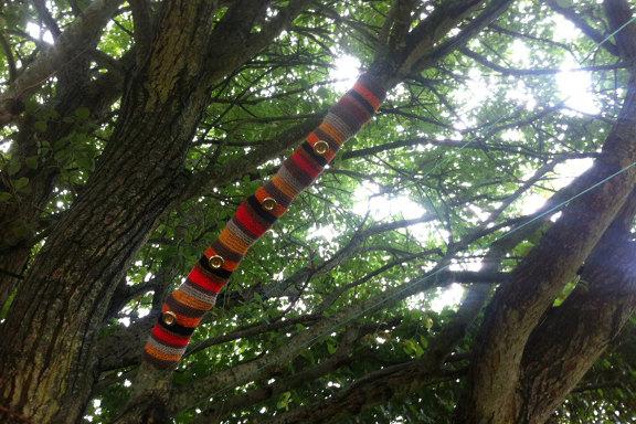 Retrofarvet yarnbombing af gren på et stort gammelt træ. Kreeret og fotograferet af Louise