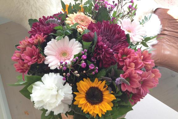 """""""Bare fordi"""" blomsterbuket fra min kæreste i lyserøde, lilla, hvide, gule og grønne farver. Fotograf: Susanne Randers"""