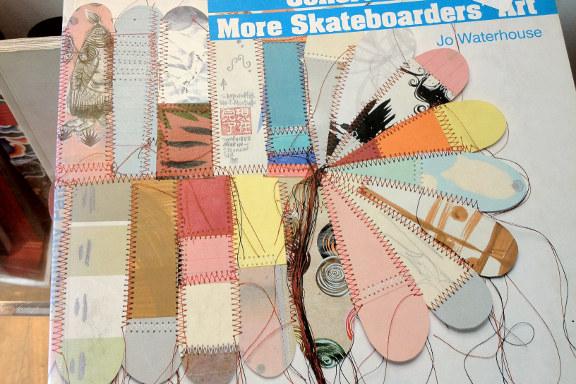 """""""Concrete 2 Canvas: More Skateboarders Art"""" bog af Jo Waterhouse. Forside illustreret af Thomas Campbell. Fotograf: Susanne Randers"""