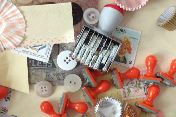 Moodboard til bordkort til fødselsdag. Her med knapper, datostempel og bogstavsstempler. Fotograf: Susanne Randers