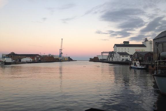 Blikstille vand og smuk aftenstemning på Køge Havn. Fotograf: Susanne Randers