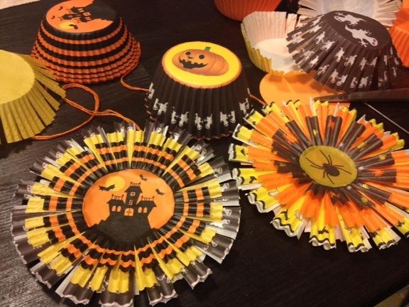 Cupcake forme lavet til (u)hyggelige haloween rosetter i orange, gule og sorte nuancer. Fotograf: Susanne Randers