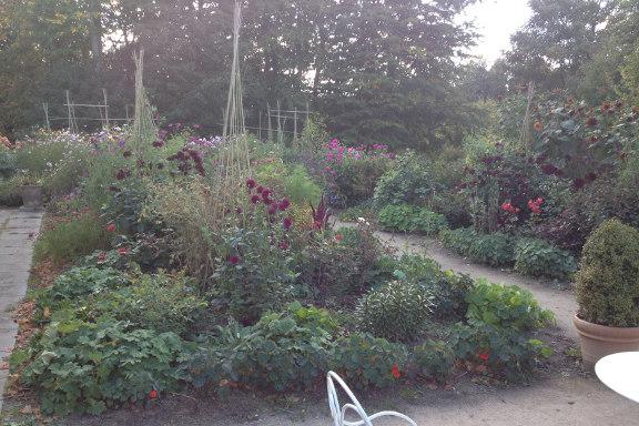mitkrearum.dk kreativitet 151 isabella smith butik hesede hovedgård staudebed set fra orangeriet