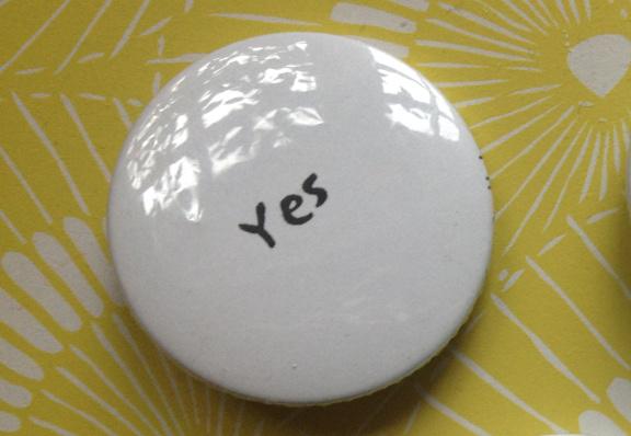"""""""Yes"""" badge. Hjemtaget fra Yoko Ono udstilling i Stockholm vistnok i 2003. Fotograf: Susanne Randers"""