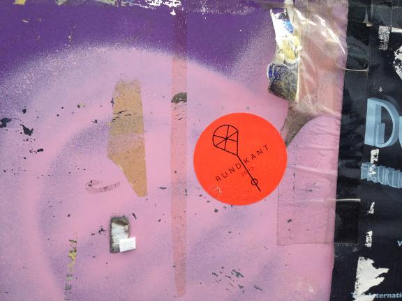 Smuk patineret udsnit af plakat- og grafittivæg på Nørrebro, København. Fotograf: Susanne Randers