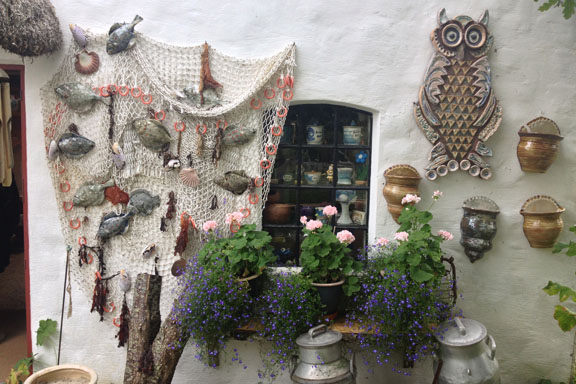 Gavlen på Galleri Trollebo med den smukke keramikugle. Fotograf: Susanne Randers