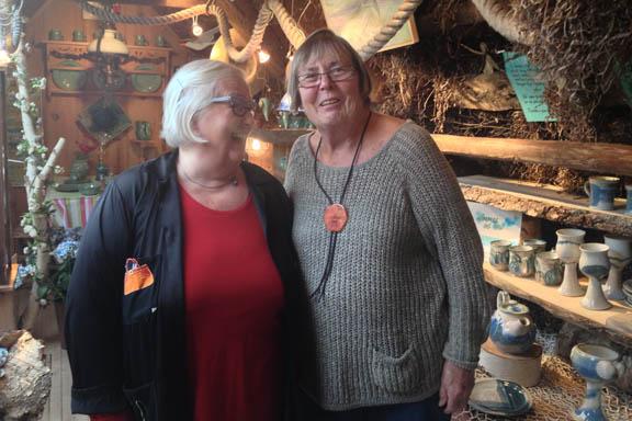 Pibemager Anne Julie og keramiker Jorunn Levin, fotograferet på 1. salen af Galleri Trollebo på Læsø af Susanne Randers