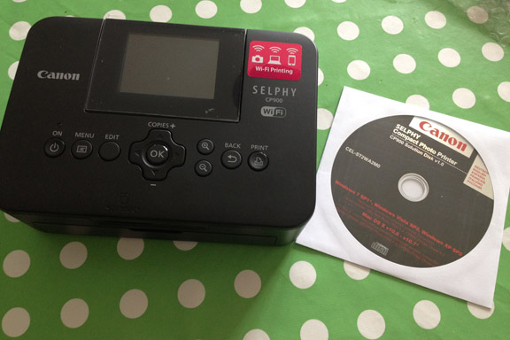 Canon Selphy CP900 fotoprinter. Ikke meget større end halvanden cd-rom. Printer 10x15 cm fotos. Fotograf: Susanne Randers