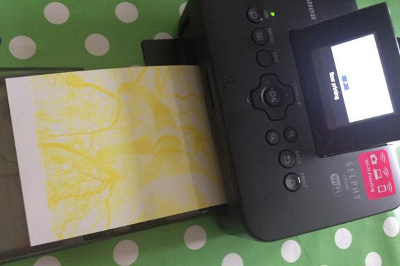 Canon Selphy CP900 fotoprinter. Fotoudskrivning af den gule farve. Fotograf: Susanne Randers
