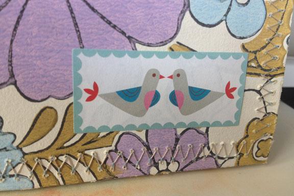 Detalje af sammensyet kuvert. To små duer. Fotograf: Susanne Randers