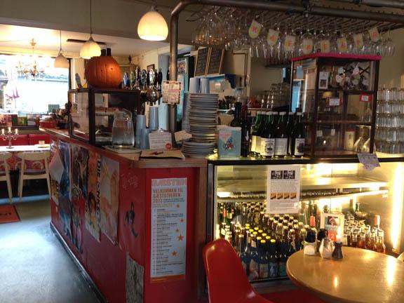 Bardisken i INGOLFS Kaffebar - et sammensurium af farver og hyggelige detaljer. Fotograf: Susanne Randers