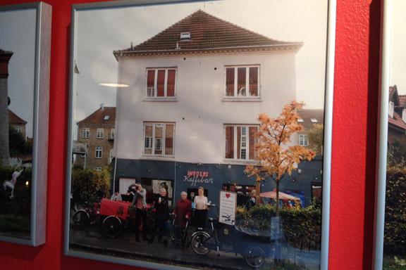 Billeder af huse og beboere på Ingolfs Allé pryder det ene rum i cafeen. Fotograf: Susanne Randers