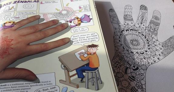 """Begynder zentangle af min egen hånd, inspireret af tegninger i """"Zentangles for børn"""" bog. Fotograf: Susanne Randers"""
