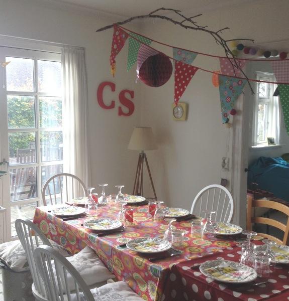 Farverigt opdækket fødselsdagsbord med flagranke og Harry Potter gren. Fotograf: Susanne Randers