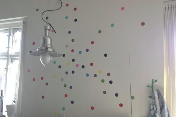 I'm a dot girl :) Dots på væggen i vores køkken. Fotograf: Susanne Randers
