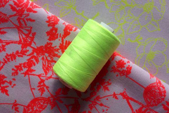 Neonrødt og neongult stof fra Stof&Stil med lækkert grafisk tryk med skærmblomster og æbleblomster. Fotograf: Susanne Randers