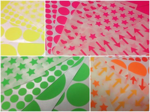 Neonfarvede stickers fra Søstrene Grene. Neongul, neonpink, neonorange og neongrøn. Dots, hjerter, stjerner og pile. Fotograf: Susanne Randers