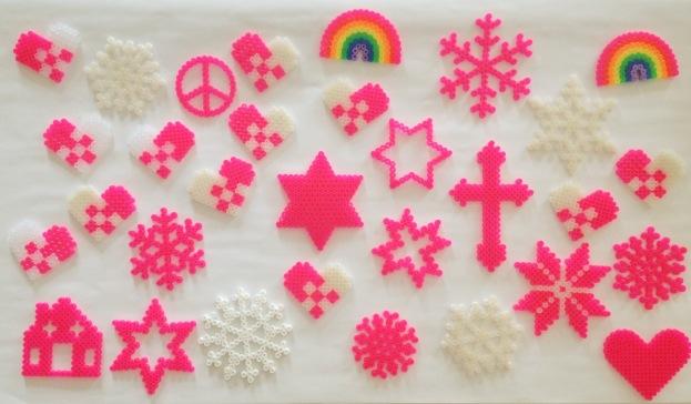 Hama jule perleplader i neonpink anno 2012. Kreeret af Susanne Randers