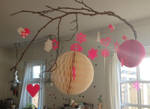 Julegren i køkkenet med neon pink hama jule perleplader anno 2012. Ren meditation! Kreeret af Susanne Randers