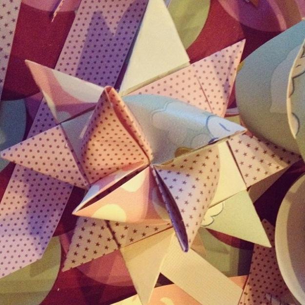 Flettet pastelfarvet stjerne af tapet og papir fra adventspakken fra Pustetrolden. IG filter Valencia. Fotograf: Susanne Randers