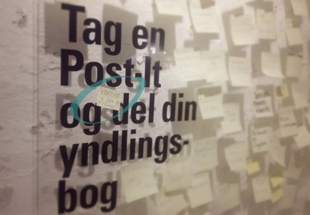 """365 moodboards i 2014. Moodboard # 4: Min yndlingsbog er """"Kreativitet"""" af Julia Cameron. Post-It væg i Politikens Hus på Rådhuspladsen. Fotograf: Susanne Randers"""