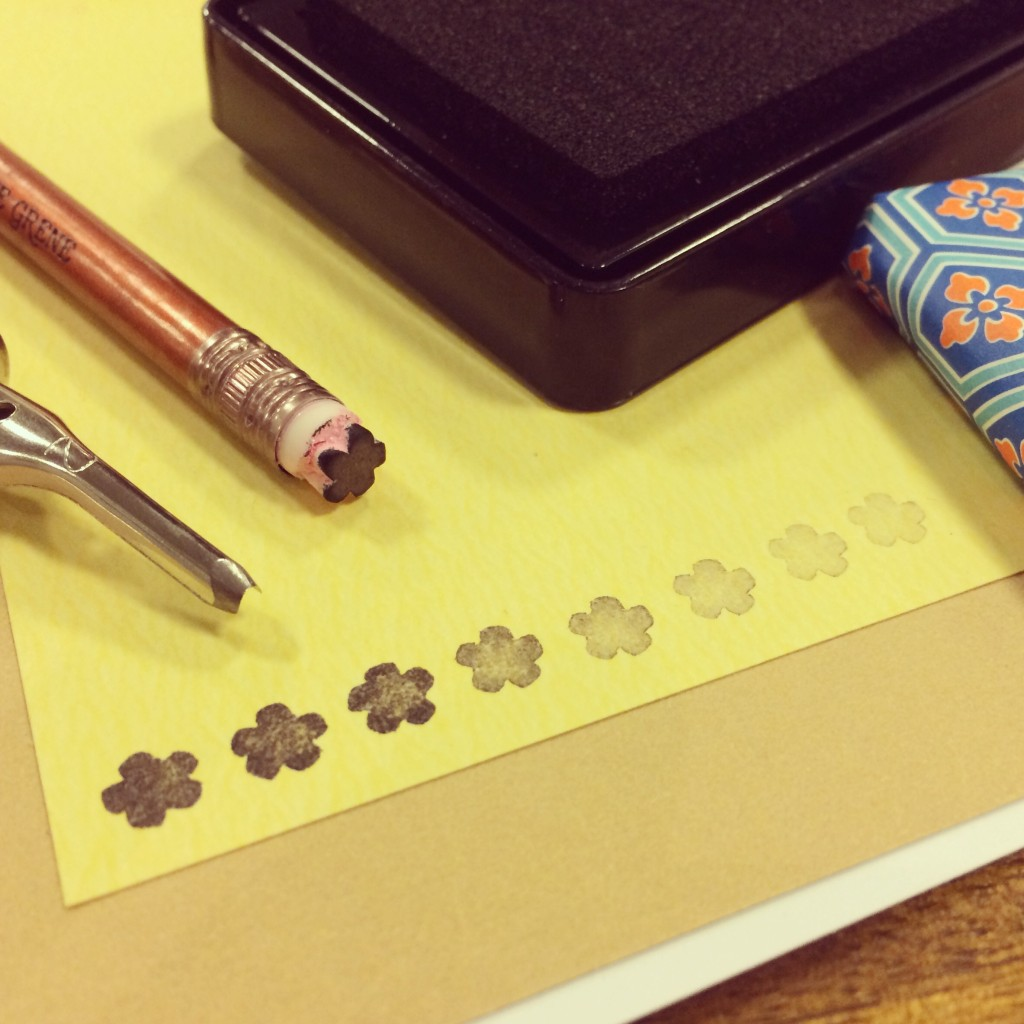 365 moodboards i 2014. Moodboard #56: Lykken er... håndgraverede stempler - mit første stempel: En fin blomst af viskelæderet for enden af en blyant. Fotograf: Susanne Randers