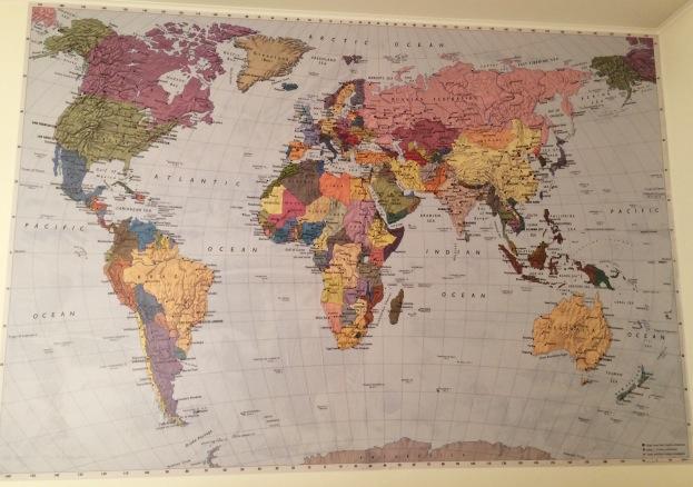 365 moodboards i 2014. Moodboard #48: Verdenskort fotostat på væggen i vores soveværelse. Fotograf: Susanne Randers