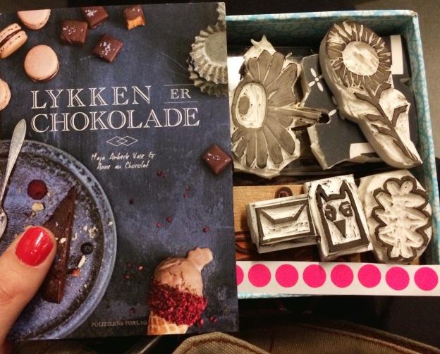 365 moodboards i 2014. Moodboard #56: Lykken er... at kende sin passion. Chokolade og håndgraverede stempler. Smashup. Fotograf: Susanne Randers